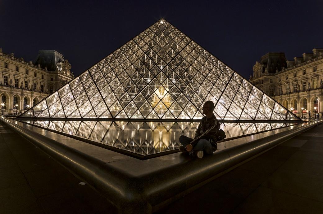 Paris bye night, Pyramide du Louvre de nuit, Pyramide du Louvre, Paris, Paris la nuit. Proviseur