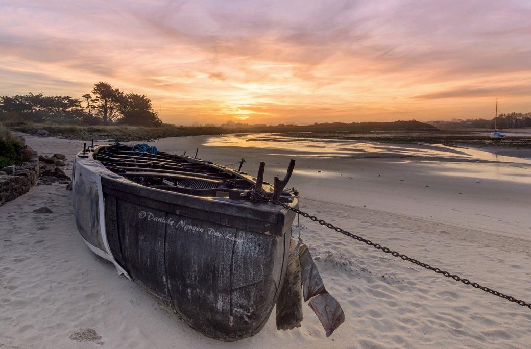 """Brioc"""" (canot médiéval - voile - aviron (1999)) lever de soleil en baie de Guissény, Côte des Légendes, Finistère"""